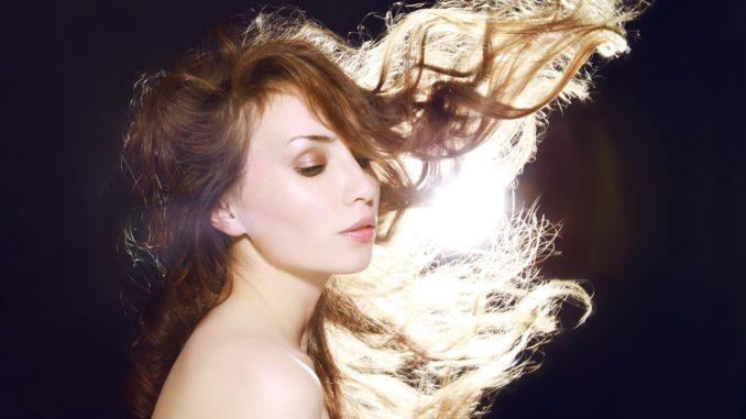 rozwiane długie włosy